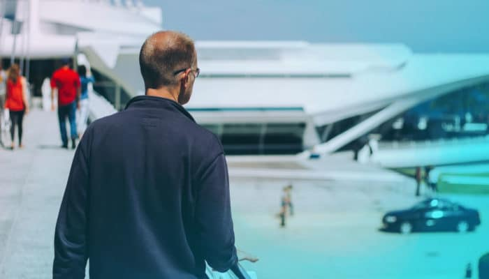 Mann med ryggen til på en flyplass