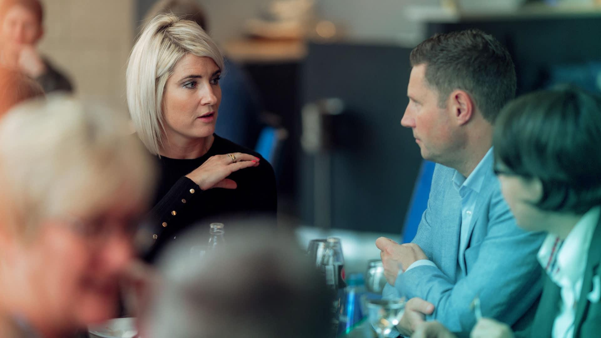 To unge voksne snakker sammen i lunsjen