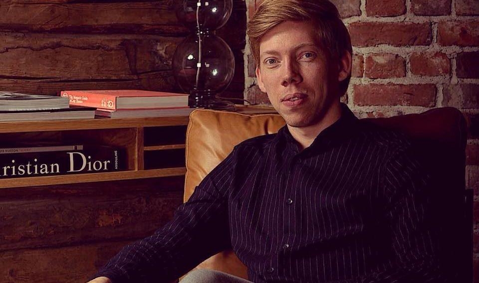 Portrett av ung mann i en skinnstol