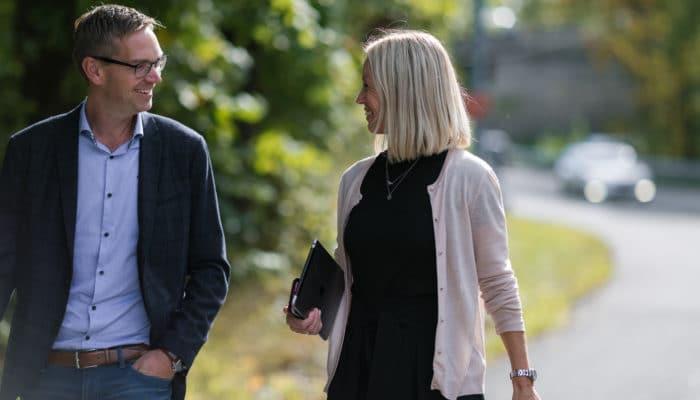 Kvinne og mann i samtale utendørs