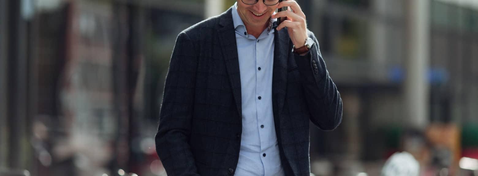 Mann snakker i telefon utendørs