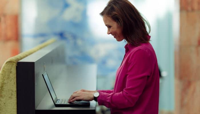 Kvinne skriver på laptop