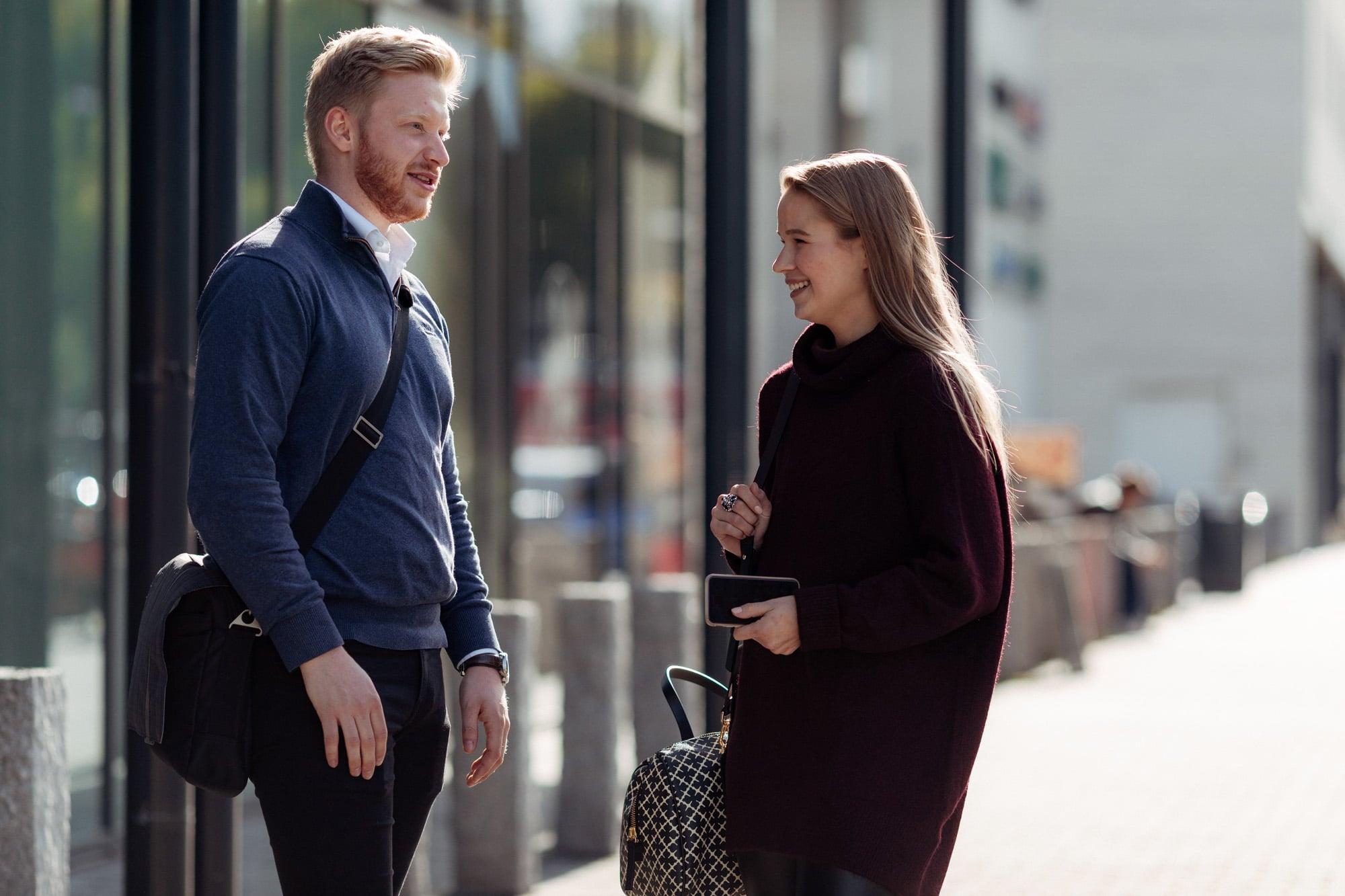 Ung mann og kvinne prater
