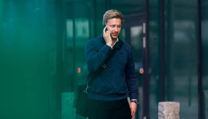 Ung mann snakker i telefonen utendørs