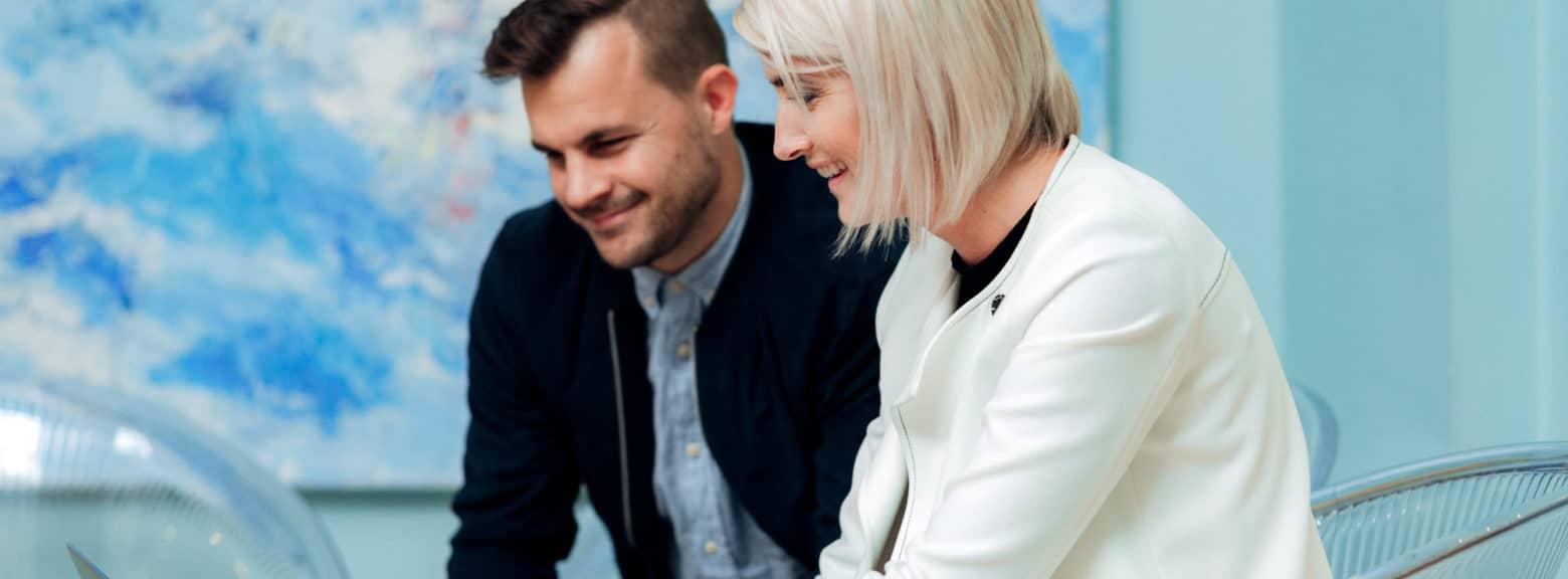 Kvinne og mann i samtale