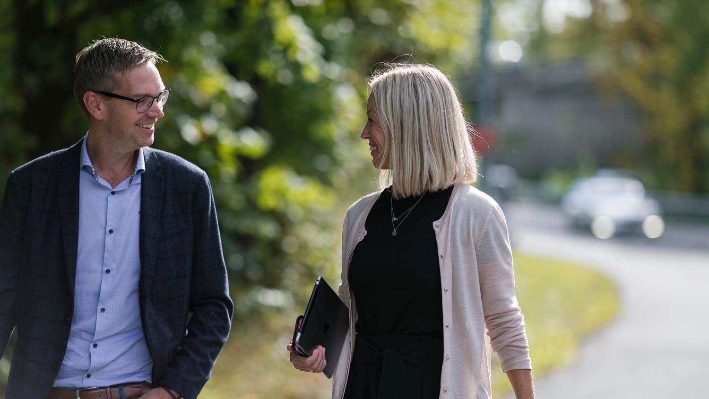 mann og kvinne ser på hverandre og ler