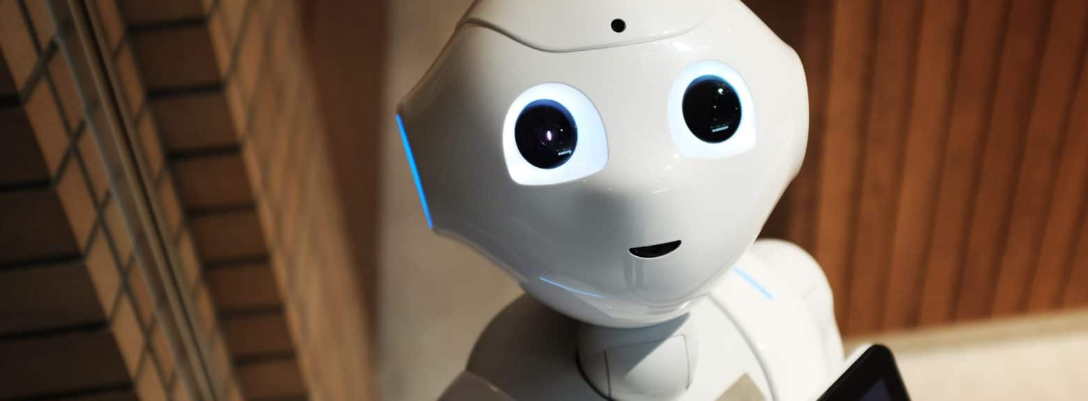 Hvit robot med lysende øyne
