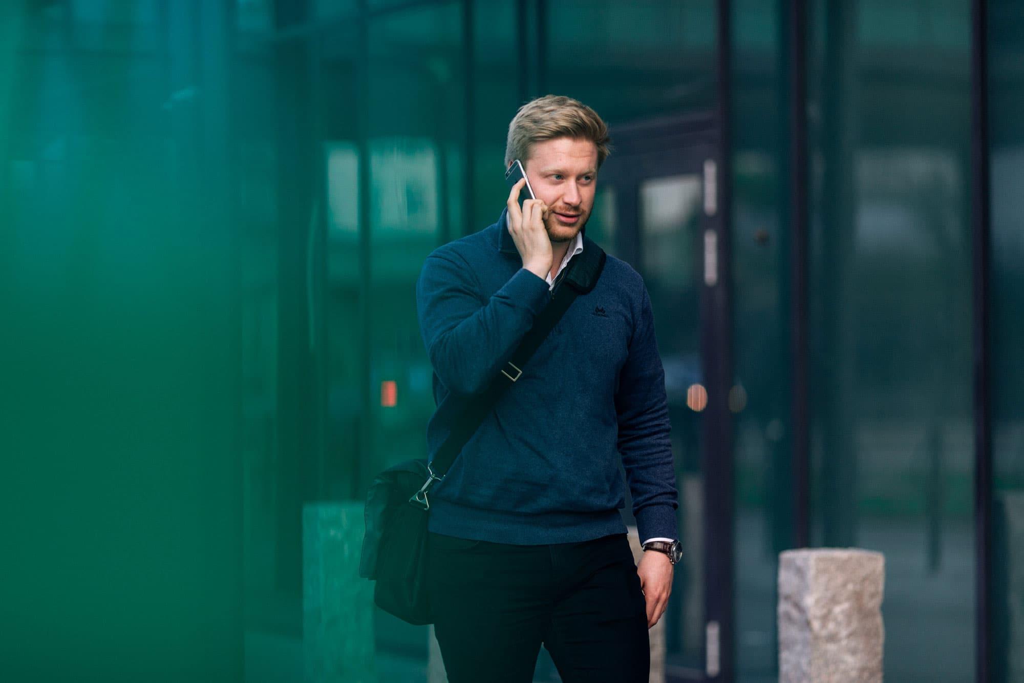 Mann går ute og snakker i telefonen
